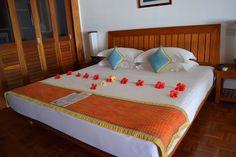 Travel the Life: REETHI BEACH - UN RESORT PARA DISFRUTAR DE LO MEJOR DE LAS MALDIVAS Beach Resorts, Bed, Furniture, Home Decor, The Maldives, Homemade Home Decor, Stream Bed, Home Furnishings, Beds