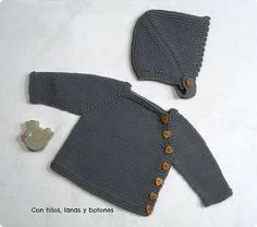 Con hilos, lanas y botones: Conjunto chaqueta Puerperium gris con gorrito de punto (Newborn set with jacket and bonnet in gray) - with links to free and paid #knitting patterns in Spanish with Google translate to English