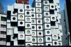 Individualisierung: 1972 vollendete Kisho Kurokawa eine der Ikonen des Metabolismus, seinen Nakagin Capsule Tower in Tokio. In nur 30 Tagen wurden 144 Kapseln, die in einer Fabrik für Schiffscontainer hergestellt worden waren, an zwei Kerneinheiten befestigt und so zu einem Turm zusammengesetzt.    Kurokawa sah in der Kapsel die Zukunft des Wohnens. Die, so seine Vision, basiere nicht mehr auf familiären Strukturen, sondern vielmehr auf Individuen, die sich in ihre Kapseln zurückziehen…