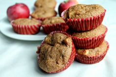 """Máš plnú záhradu jabĺk a nevieš čo s nimi? Hlavne, aby ti príprava nezabrala """"pol dňa"""" a recept si zvládla aj ľavou zadnou? Upeč tieto šťavnaté muffiny! Za pár minút ich máš hotovéa zvládne ich naozaj každá (aj začínajúca) kuchárka. Muffiny patria medzi rýchle a nenáročné pečenie. Je to skvelá maškrta, ktorá neublíži postave, no… Continue reading →"""
