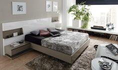 idées déco chambre à coucher en couleurs naturelles, mur gris clair, tapis gris, tête de lit blanche