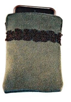 Dieses entzückende Täschchen kann entweder ein Smartphone oder einen MP3 Player gut und zugleich elegant beschützen.  Aus einem besonders schönen petr