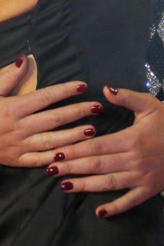 Manucure de star, vernis à ongles rouge bordeaux sur Adele Exarchopoulos. - Du nail art à l'ongle nu: 30 manucures de stars sur tapis rouge ...