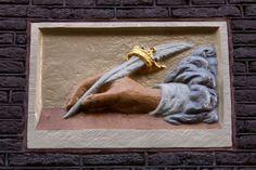 De schrijvende hand, in de Jordaan in Amsterdam. In de tijd dat ongeletterdheid nog heel gewoon was, woonde hier een onderwijzer die (ambtelijke) brieven voor je schreef.