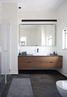Een Scandinavische badkamer inrichting met grote spiegel en donkere tegels op de vloer! Prachtige inspiratie voor een gezellige, moderne badkamer. De grote spiegel laat de badkamer inrichting ruim ogen. Ook zo'n mooi badkamer? Klik dan op de foto!