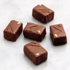 香ばしいプラリネがセンターのボンボンショコラ。 きちんとテンパリングを施したチョコレートはなめらかでつややか、うっとりするような仕上がりです。 選び抜いた素材と本格的な道具でつくるショコラティエのレシピ、特別な日のために挑戦してみてはいかがでしょうか。