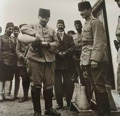 Medine'de İslam'ı en iyi şekilde müdafaa eden Fahreddin Paşa askerlerine bizzat su verirken; /Osmanlı Paşaları/Fotoğraf-Bilgi grubundan alınmıştır.