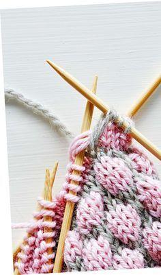 Kun teet kuplaa, pura kuviovärillä neulottu silmukka neljä kerrosta alaspäin. Poimi puikolle pohjavärillä neulottu silmukka ja purettujen silmukoiden lankalenkit. Neulo sitten puikolla oleva silmukka lankalenkkien kanssa. Crochet Motifs, Crochet Flower Patterns, Diy Crochet, Knit Mittens, Knitting Socks, Knitted Hats, Knitting Stiches, Baby Knitting Patterns, Crochet Instructions