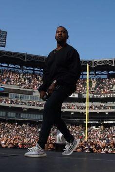 Kanye West wearing Adidas Yeezy Boost 350 V2 Sneakers Races Fashion, Runway Fashion, Fashion Models, Fashion Tips, Fashion Weeks, Fashion Clothes, Street Fashion, Men Fashion, Fashion Shoes