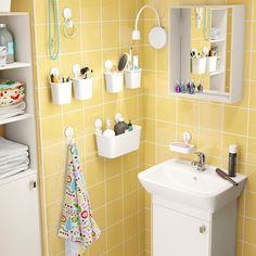 Multipliez les rangements au mur dans une petite salle de bains