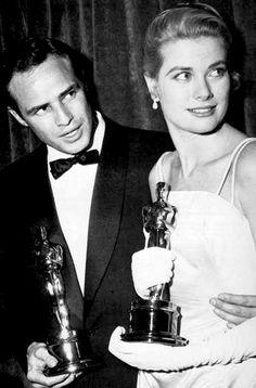 Marlon Brando and Grace Kelly  with their Oscars, March 30, 1955.que momento agradable...estaba feliz
