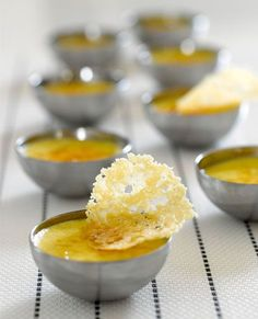 Crème brûlée van ganzenlever met parmezaankoekje Tapas, Appetizer Recipes, Snack Recipes, Appetizers, Bistro Food, Good Food, Yummy Food, Rainbow Food, Antipasto