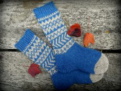 Hand knit socks from blue and antique white by TheMountainLodge