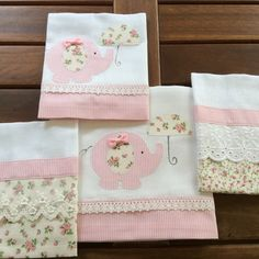 Jogo de Fraldas no Elo7   Mimos Sandra Lopes (DFA625) Baby Diy Projects, Sewing Projects, Cot Sheets, Square Blanket, Tea Towels, Baby Quilts, Sandra Lopes, Patches, Cushions