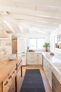 modern cottage kitchen, rustic kitchen design, modern farmhouse kitchen with whi. modern cottage k Beach Kitchens, Modern Farmhouse Kitchens, Farmhouse Style Kitchen, New Kitchen, Home Kitchens, Kitchen Dining, Kitchen Decor, Awesome Kitchen, Kitchen Cabinets
