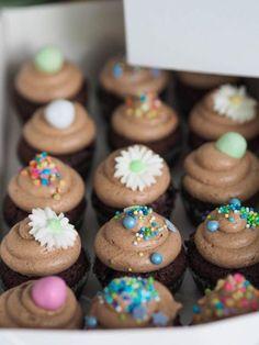 Parhaat Pätkis-Kuppikakut on helppo valmistaa sekoittamalla kaikki aineet yhteen kulhossa ilman turhaa vatkausta. Nämä kuppikakut on parhaita! Mini Cupcakes, Food To Make, Cooking Recipes, Diet Recipes, Deserts, Food And Drink, Favorite Recipes, Sweets, Snacks