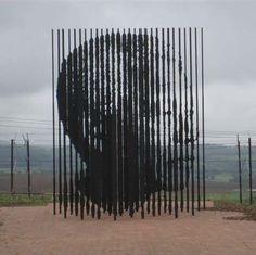 L'artiste sud-africain Marco Cianfanelli a rendu hommage aux 50 ans de l'emprisonnement de Mandela avec une oeuvre érigée à Howick, en Afrique du Sud.