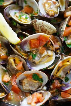 Italian Sauteed Clams - Skillet sauteed clams with garlic, tomatoes, white wine and parsley. This recipe tastes just like restaurants straight from Italy! Clam Recipes, Seafood Recipes, Dinner Recipes, Cooking Recipes, Healthy Recipes, Dinner Ideas, Seafood Pasta, Seafood Dishes, Fish And Seafood