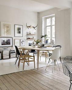 Mix de sol dans la salle à manger, entre parquet blanchi et sol laqué