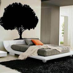 Yatak odanızın kişiliğinizi yansıtması, yatıştırıcı ve huzurlu bir sığınma yeri sunması ve en çok sevdiğiniz renklerle örtülmesi gerektiğini her zaman vurguluyoruz. Nötr renklerle