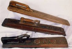 La planche à calandrer Elle sert aussi à défroisser le linge à froid à l'aide d'un cylindre de bois et d'une planche généralement décorée. De haut en bas : Scandinavie (1683), Finlande, Danemark polychrome (1779)