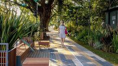 Calçada larga, acessível, iluminada, drenante e cheia de verde