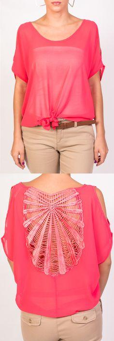 KAMI te presenta esta linda blusa coral con un detalle tejido en la espalda ideal para combinar con jeans nude y accesorios dorados.