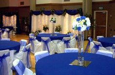 Mesa do salão de festa para casamento simples em tons de azul