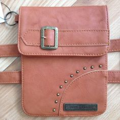 HANDS-FREE SMARTERGARTER PURSE IN LT BROWN •Larger pocket measures 6.5″H x 5″W (FITS iPHONE 6/6PLUS, also a 5 oz. flask ) •Smaller internal pocket to securely carry your credit/debit cards, cash & driver license/ ID •Non-slip strip sewn inside of straps to prevent slipping when worn over pants/boots •4 rows of hook & eye closures on military grade elastic allow for custom sizing •External key chain loop for quick access to keys, or to accessorize with your favorite charms •Large pocket…