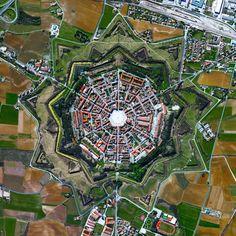Palmanova, İtalya kasaba bir yıldız kale olarak bilinen konsantrik düzen tarafından kabul edilmektedir.  Bu yapı gerekçesi herhangi bir bireysel duvarda bir saldırı arkasından düşman vurarak iki komşu yıldız noktalarından savunulması ki oldu.  Palmanova çevreleyen üç yüzük, 1593 yılında 1690'da tamamlanan ve 1813.45.904892400 ° edildi 13,317671100 ° www.dailyoverview.com