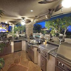 Poolside party time! Outdoor kitchen with Evo Circular Cooktop.