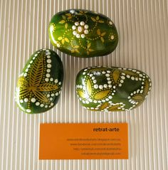 Piedras pintadas en verde y dorado / Painted stones in green and gold
