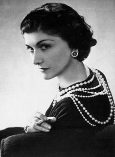 """Gabrielle Chanel - Coco Chanel - 1883/1971 - """"Não é a aparência, é a essência. Não é o dinheiro, é a educação. Não é a roupa, é a classe."""""""