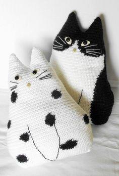 Inspiração! Me encantei com estas almofadas gatinhos de crochê black and White ETSY Bom fim de semana!