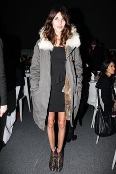 fur-lined parka on Alexa Chung Look Parka Kaki, Vogue Uk, Love Fashion, Winter Fashion, Alexa Chung Style, Cooler Style, Charlotte Rampling, Foto Real, Twiggy
