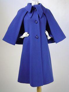 Cappotto vintage degli anni 1970, Pauline Trigère, cappotto di lana blu fiordaliso con mantellina staccabile - B34-36, W36, H43