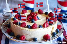 Marengsiskake til mai - Oppskrift - Godt. Cheesecake Decoration, Norwegian Food, Danish Food, Frisk, Sorbet, Pavlova, No Bake Cake, Cake Recipes, Food And Drink