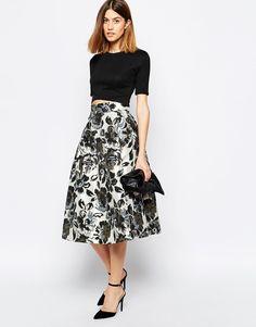 Baum Und Pfergarten Sashenka Midi Skirt In Floral Print - Saia godê midi com top  cropped e salto é uma combinação diferente para ir a festas .