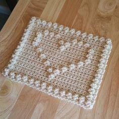 thegirllovesyarn crochet bobble heart square