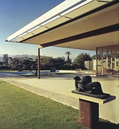 Revisit the work of legendary architect Richard Neutra whose contribution to California Modernism was immeasurable Richard Neutra, Mid Century House, Mid Century Style, Mid Century Modern Design, Interior Architecture, Interior And Exterior, Creative Architecture, Mid Century Exterior, Weekend House
