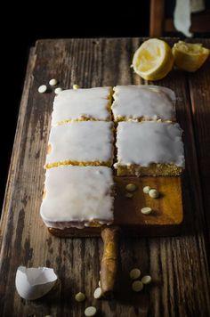 Además es súper rápido y fácil de hacer, en un momento tendrás listo un riquísimo brownie de limón, sólo necesitarás mantequilla, chocolate blanco, huevos, harina, limón y azúcar. Brownies, Super Rapido, Chocolate Blanco, Dairy, Cheese, Blog, Frosting, Butter, Candy