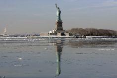 De Haven van New York beroemde bevroor volledig in 1780, de harde winter tijdens de Amerikaanse Revolutie, maar tegenwoordig is het water rond de stad meestal niet bevriezen - mede als gevolg van het zoutgehalte van het water en deels te wijten aan het bedrag van de boten die het frequent
