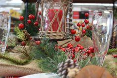 Velas, ramas, detalles verdes y rojos
