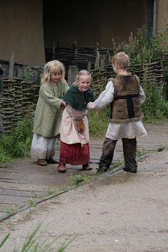Kinda looks like mean game. Viking Dress, Viking Costume, Medieval Costume, Historical Costume, Historical Clothing, Historical Photos, Ragnar, Vikings, Medieval Village