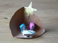 Een lichaamshoek van een cirkel en je hebt een schattig miniatuur kerststalletje. Maria, Jozef en Jezus zijn gemaakt van knutsel mais.