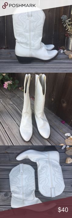 DURANGO WHITE LEATHER BOOTS SZ 9 DURANGO WHITE HEELED LEATHER BOOTS SZ 9- SOME MINOR SCUFFS BUT STILL IN GOOD CONDITION Durango Shoes Heeled Boots