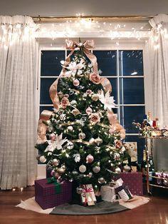 Christmas Tree Goals, Rose Gold Christmas Tree, Rose Gold Christmas Decorations, Christmas Tree Inspiration, Christmas Tree Decorations, Merry Christmas, Christmas Ideas, Christmas Tables, Modern Christmas