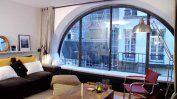 Un appartement à la fenêtre surdimensionnée.  Marie Claire Maison