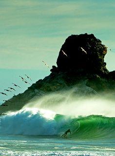 Foto muito legal, momento do surf perfeito e a paisagem já diz tudo, foto que não precisa de legenda!