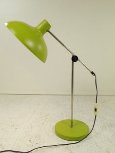 Polska lampka biurkowa Polam z lat 70. wykonana ze stali, aluminium oraz metalu chromowanego. Ramię jest regulowane… 70 Style, Desk Lamp, Table Lamp, Retro Lighting, Poland, Lightning, Teak, Lamps, Art Deco